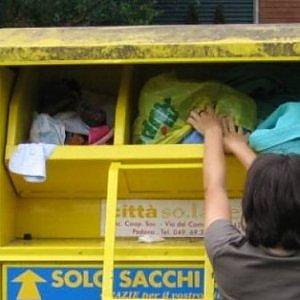 Ama, truffa dei vestiti ai poveri: via i cassonetti gialli da Roma