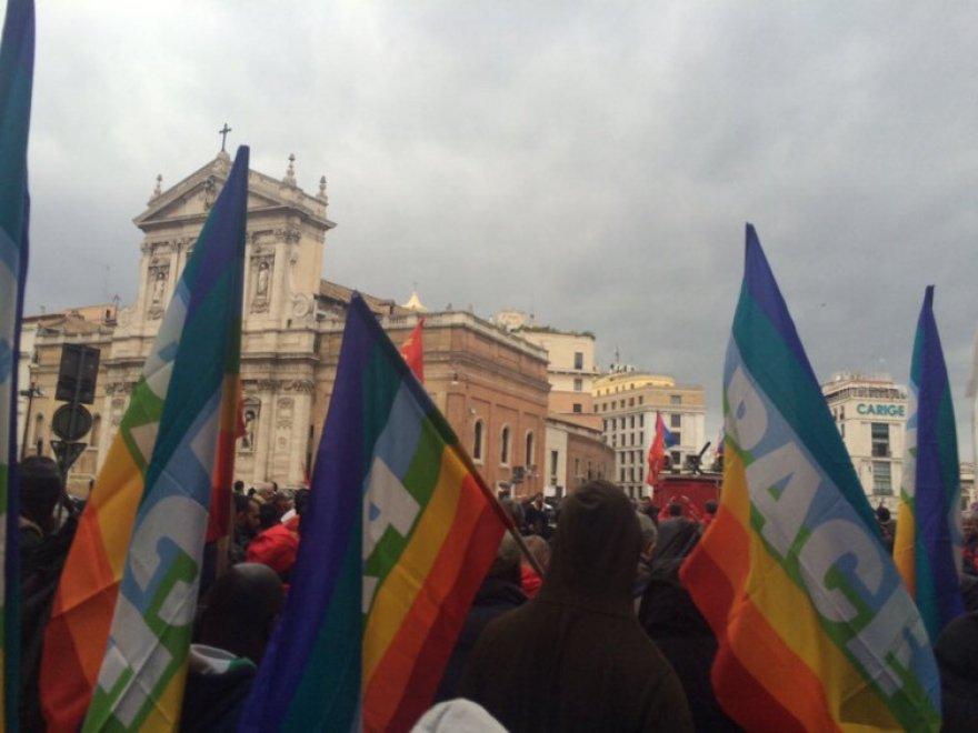 Bandiere rosse e arcobaleno della pace, a Roma sfila la manifestazione nazionale della Fiom