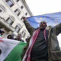 """Roma, i musulmani in piazza contro il terrorismo: """"Non temeteci, l'Is è un cancro nel..."""