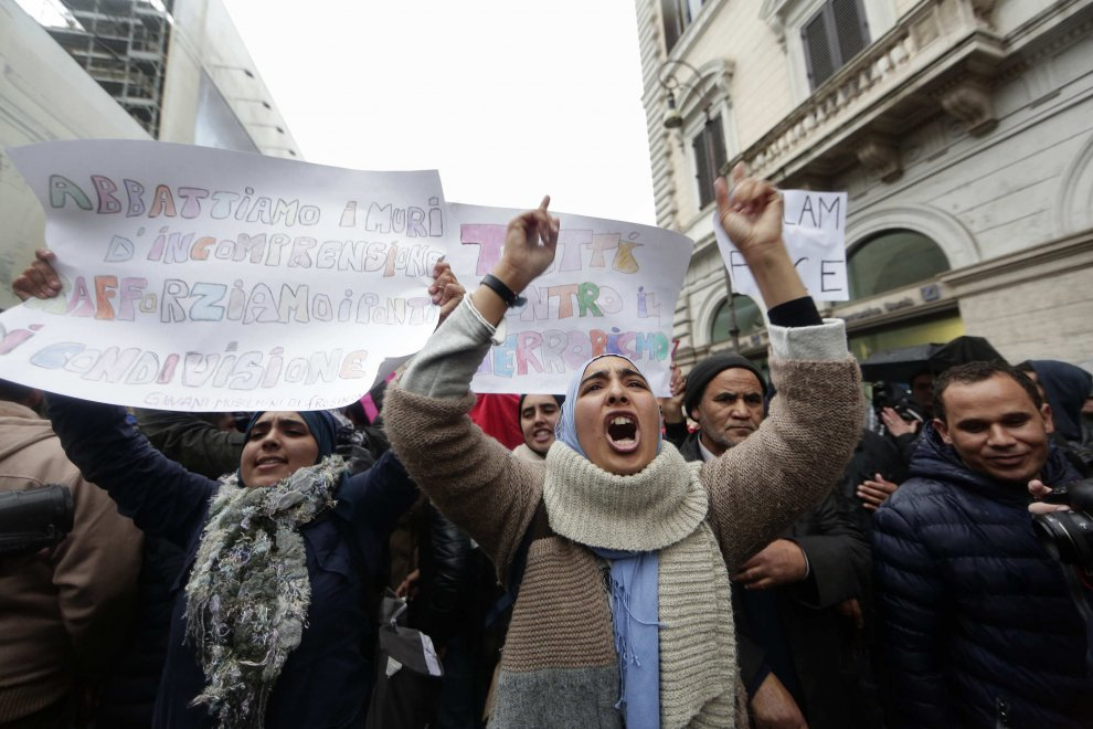 "Striscioni e cartelli alla manifestazione ""Not in my name"" in piazza Santi Apostoli a Roma"