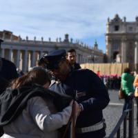 Roma, Olimpico e Angelus blindati: 30mila in fila per il Papa. Paura a Prati, falso allarme bomba al Cristo Re