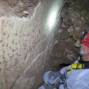 """Roma, affreschi dagli scavi del gas: """"È una sala dei giardini di Caligola"""""""