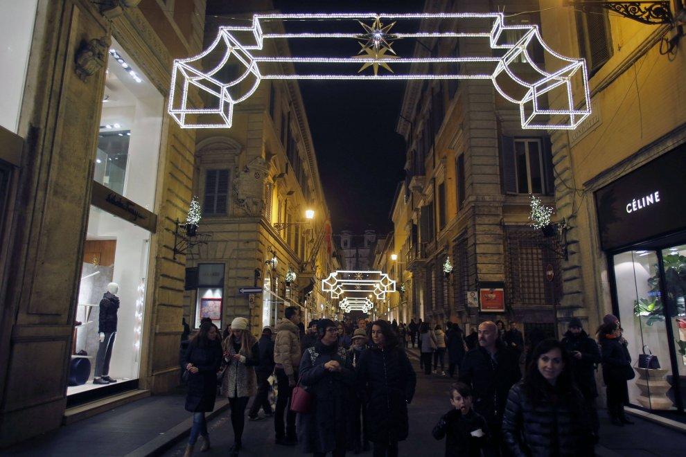 Si accende il Natale in via Condotti con 40mila lampade led firmate Bulgari