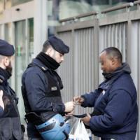 Roma, agenti nel palazzo occupato dai migranti: controllate 556 persone