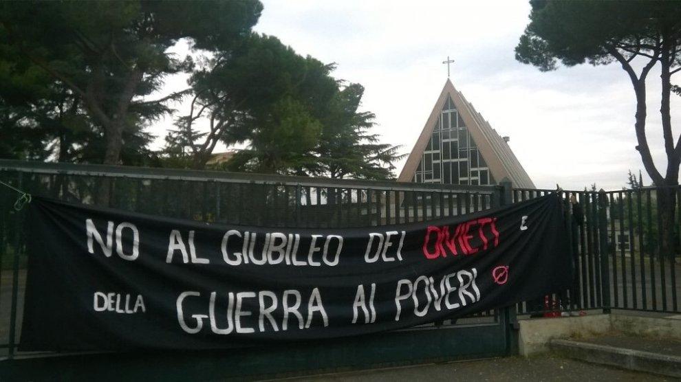 """Roma, movimenti per la casa: """"Occupate due palazzine del Vaticano a Prenestina: è il nostro Giubileo"""""""