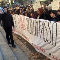 Roma, finita l'occupazione al Virgilio: studenti in corteo da via Giulia fino al Miur