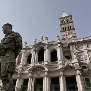 """Roma, gridano """"Allah è grande"""" e insultano i militari di pattuglia: arrestati"""