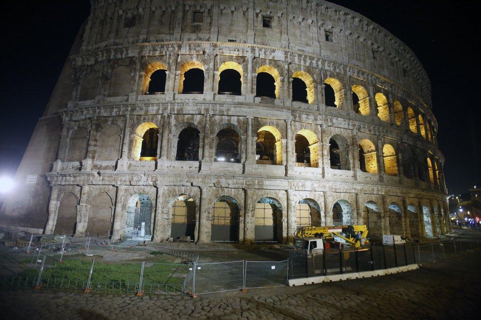 Colosseo, transenne e sporcizia nell'arena simbolo di Roma
