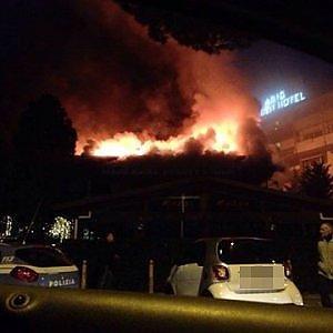 Roma, incendio nel centro commerciale ad Axa: quattro intossicati, due gravi