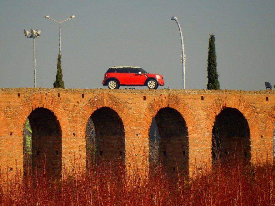 Appia Antica, spunta un'auto sull'acquedotto romano. Ciclisti e ambientalisti protestano