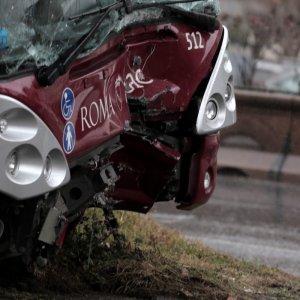 Roma, autobus sbanda sulla Colombo e finisce contro albero: sette feriti lievi