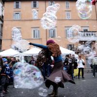 Roma, pioggia e poche bancarelle: befana sottotono in piazza Navona