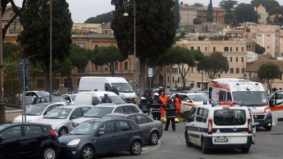 Roma, bus Atac uccide motociclista al Circo Massimo e non si ferma