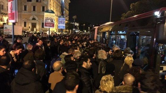 """Roma, metro A: otto ore di blocco e poi riparte. """"E le navette sono da quarto mondo"""""""