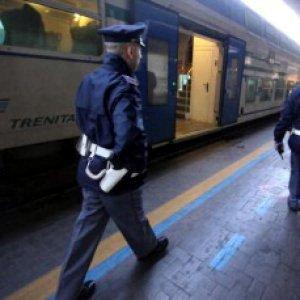 Roma, sassi contro un treno: ferita una donna