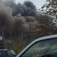 Roma, incendio in un ex campo rom alla Magliana: fumo fino all'Eur