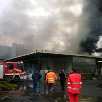 Roma, incendio in ex campo rom alla Magliana: fumo fino all'Eur