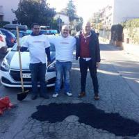 Assessori e cittadini tappano le buche di Tor Bella Monaca a Roma