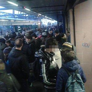 Treni nel caos: disagi per i pendolari alle porte della capitale. Rallentamenti sulla Roma-Napoli e Roma-Lido