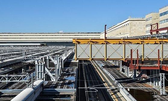 Termini, primo varo del parcheggio-ponte sopra i binari