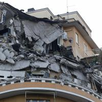 Lungotevere Flaminio, le macerie del palazzo crollato all'alba e la strada chiusa