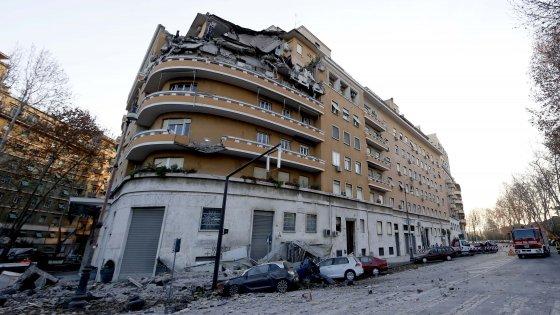 """Roma, crollo Flaminio: fascicolo contro ignoti. Gli inquilini: """"Vogliamo tornare nelle nostre case"""""""