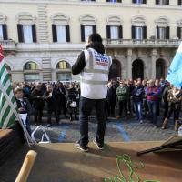 Roma, tassisti in piazza contro Uber:
