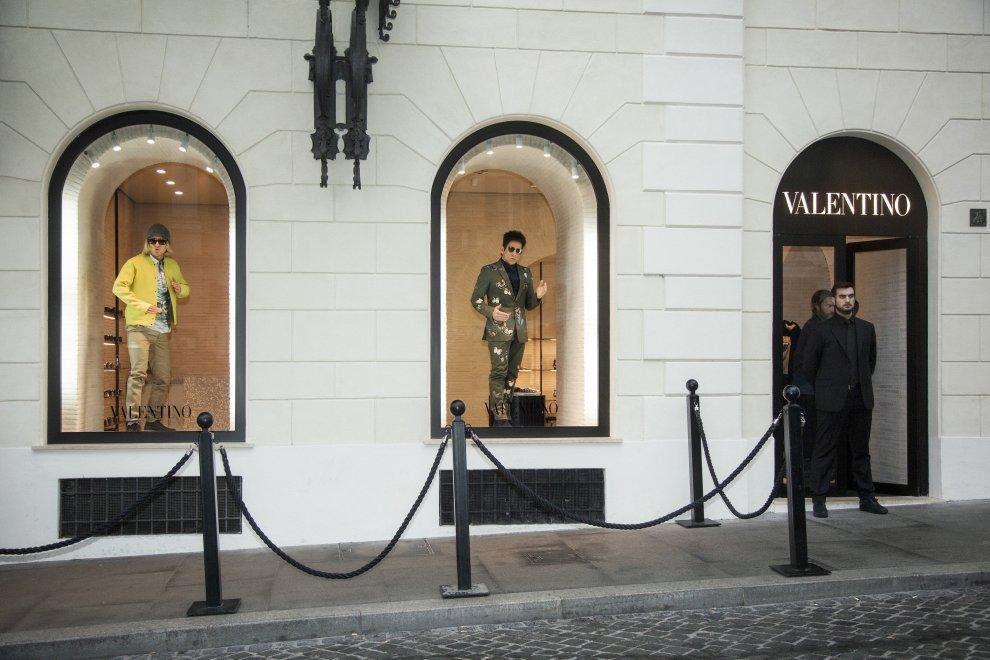 Zoolander2, Stiller e Wilson modelli-manichini in vetrina nella boutique Valentino a Roma