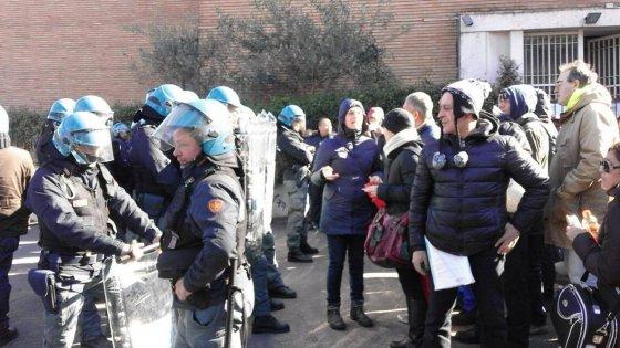 Polizia sgombera stabile occupato a Roma: scontri