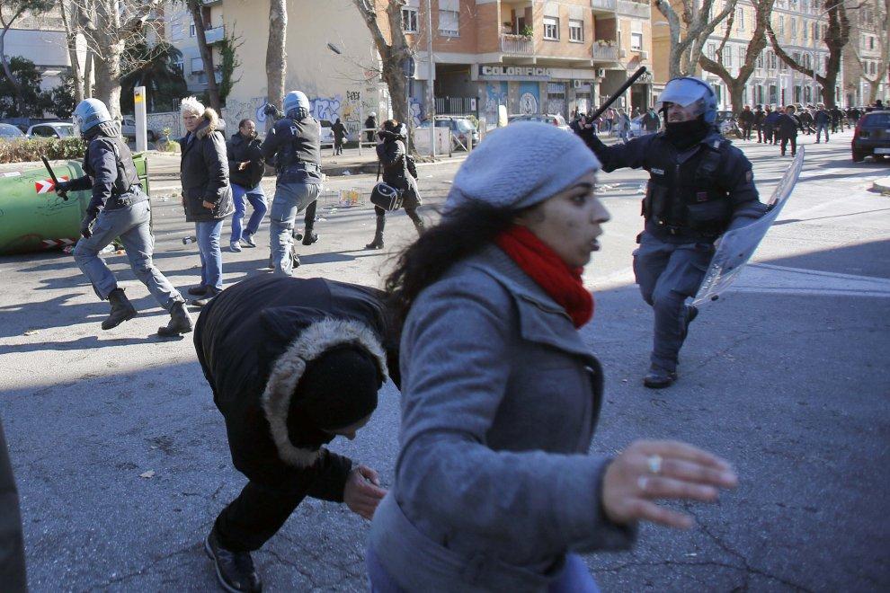 Roma, occupazione lampo e sgombero in via Ostiense: scontri tra polizia e movimenti per la casa