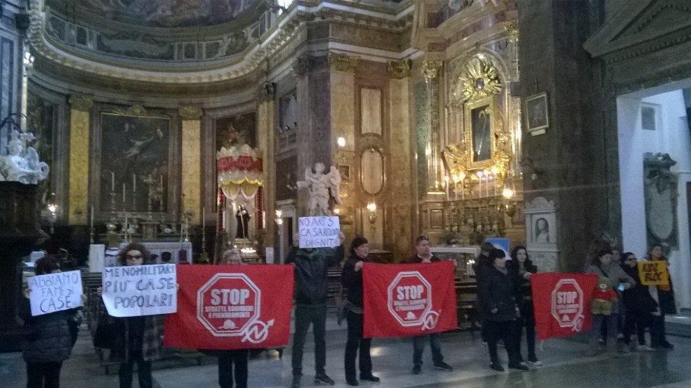Casa, blitz dei movimenti a Sant'Andrea delle Fratte a Roma. Poi lasciano la basilica