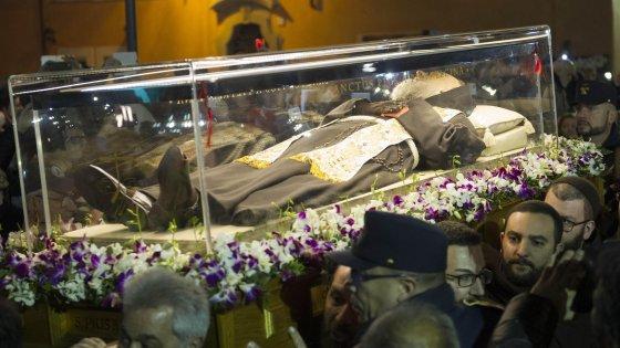 Padre Pio, le spoglie a San Pietro. Migliaia di fedeli in coda per ore