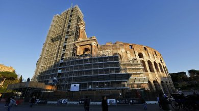 Roma, il Colosseo torna 'libero':   Foto  -  Video       ponteggi via dopo 3 anni di restauro   Video