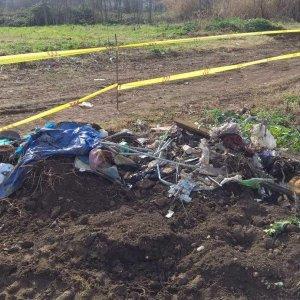 Legno, plastica e ferro: scoperti rifiuti interrati, sequestrato terreno a Roma