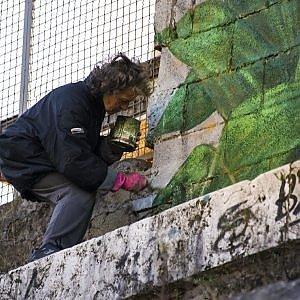 """Roma, la clochard pittrice ai piedi del Gazometro: """"In riva al Tevere vivo d'arte e vento"""""""