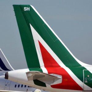 Volo Alitalia costretto a rientrare a Fiumicino per un attacco di panico a bordo