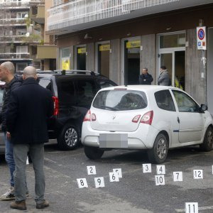 Roma, rapina alle poste con sparatoria: rapinatori in fuga