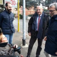 Roma, Giachetti e Argentin tentano di salire sul bus ma non c'è la pedana