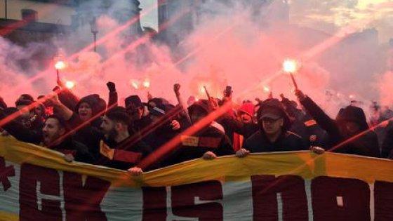 Roma, petardi e disordini in centro. Tensioni tra tifosi laziali e del Galatasaray: due accoltellati e due arresti