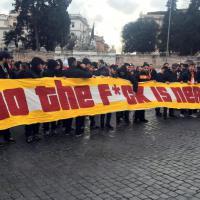 Europa League, disordini a Roma: i tifosi del Galatasaray lanciano fumogeni e petardi in piazza del Popolo