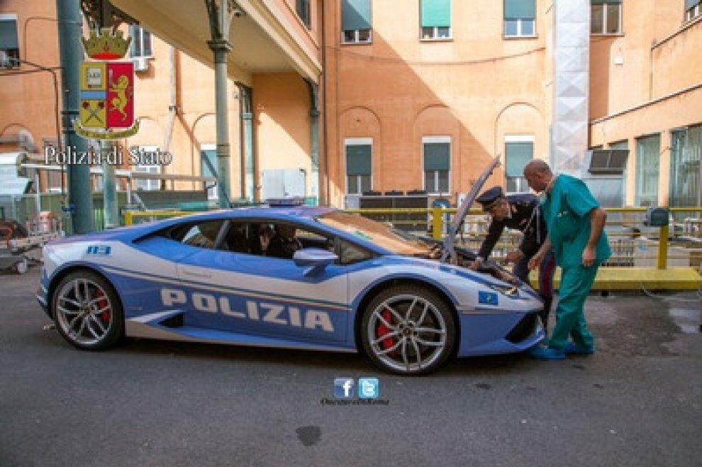 Da Roma all'Aquila: una corsa per la vita con la Lamborghini della polizia stradale