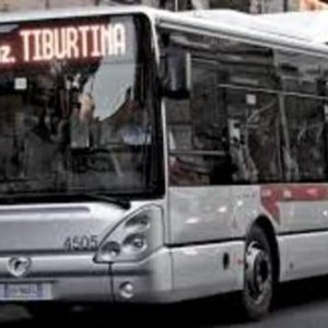 Roma, passeggero senza biglietto aggredisce controllore Atac