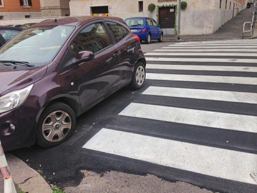 Roma, a San Giovanni il mistero delle strisce bianche interrotte