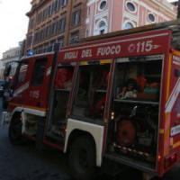 Incendio distrugge un appartamento a Roma: intossicata una donna, evacuato il palazzo