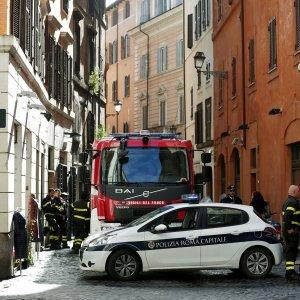 Roma, incendio in un palazzo in centro: un morto