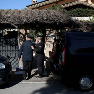 Roma, uccide la moglie e poi si impicca in giardino