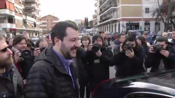 """Comunali Roma, Salvini contestato a Torpignattara. Lui: """"Contro voi dei centri sociali le ruspe sono poco"""""""