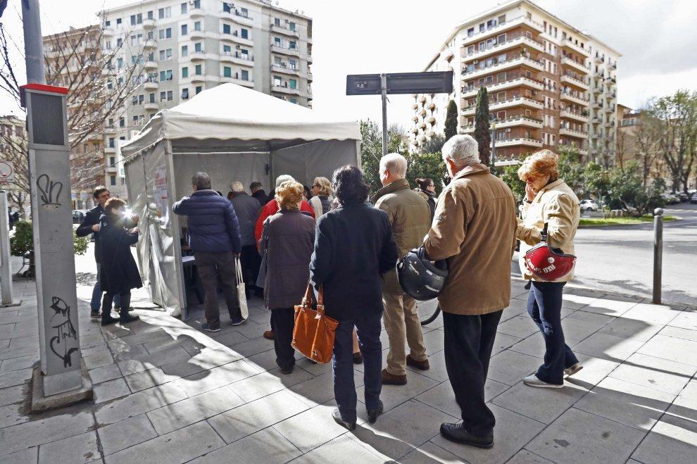 Primarie Pd Roma, gli elettori ai gazebo: ci sono anche Veltroni e D'Alema