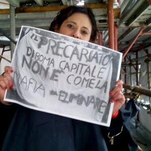 Roma, protesta maestre precarie: alcune salgono sui ponteggi Campidoglio
