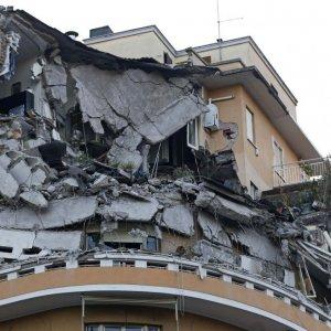 Crollo palazzo a Roma: rimosse le macerie. I condomini restano ancora fuori casa
